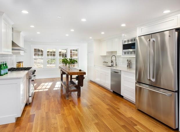 Cozinha da casa de hóspedes de Bruce Willis (Foto: The Wall Street Journal/ Reprodução)