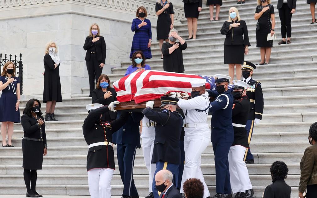 Mulheres congressistas observam da escadaria do Capitólio a chegada do caixão com o corpo da juíza da Suprema Corte Ruth Bader Ginsburg, em Washington DC, na sexta-feira (25) — Foto: Jonathan Ernst/Pool via AP