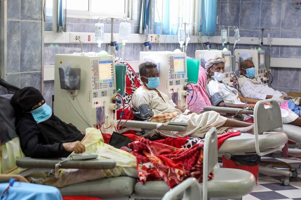 Pacientes com falência renal fazem diálise em Taez, no Iêmen, no dia 8 de junho. — Foto: Ahmad Al-Basha / AFP