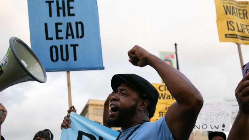 Protestos em Newark em 2019 por causa dos altos níveis de chumbo na água de canos de chumbo — Foto: Getty Images via BBC