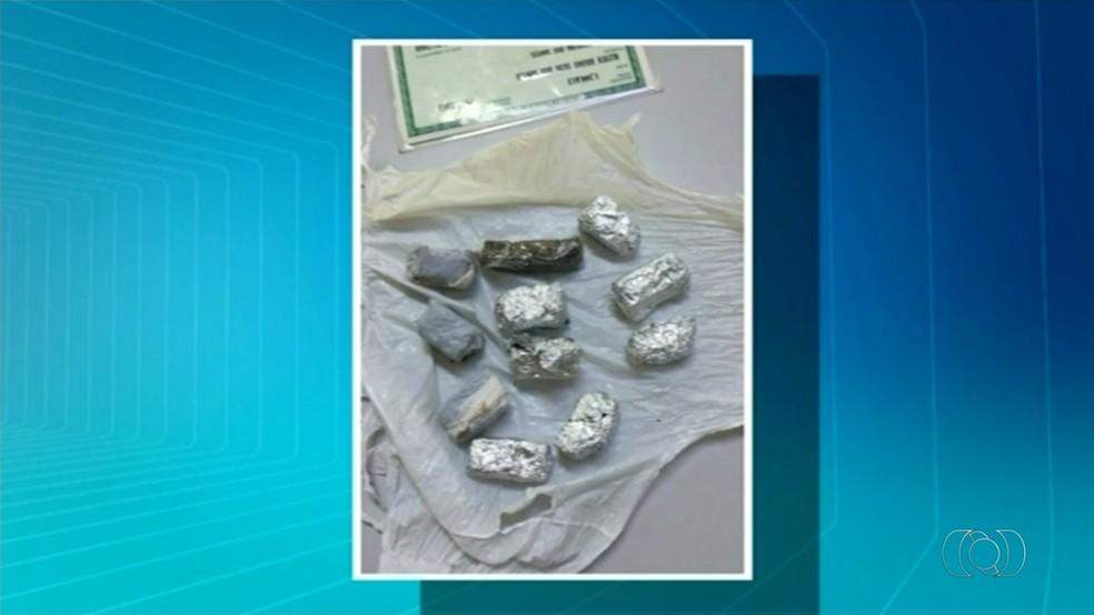 Estudantes são encontrados com porções de maconha em Araguaína (Foto: Reprodução/TV Anhanguera)