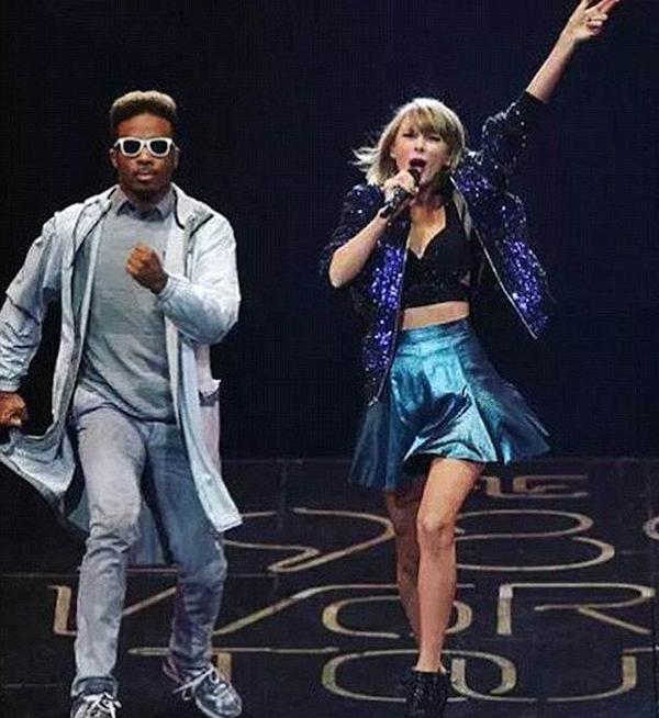 A cantora Taylor Swift com o dançarino demitido por ela (Foto: Instagram)