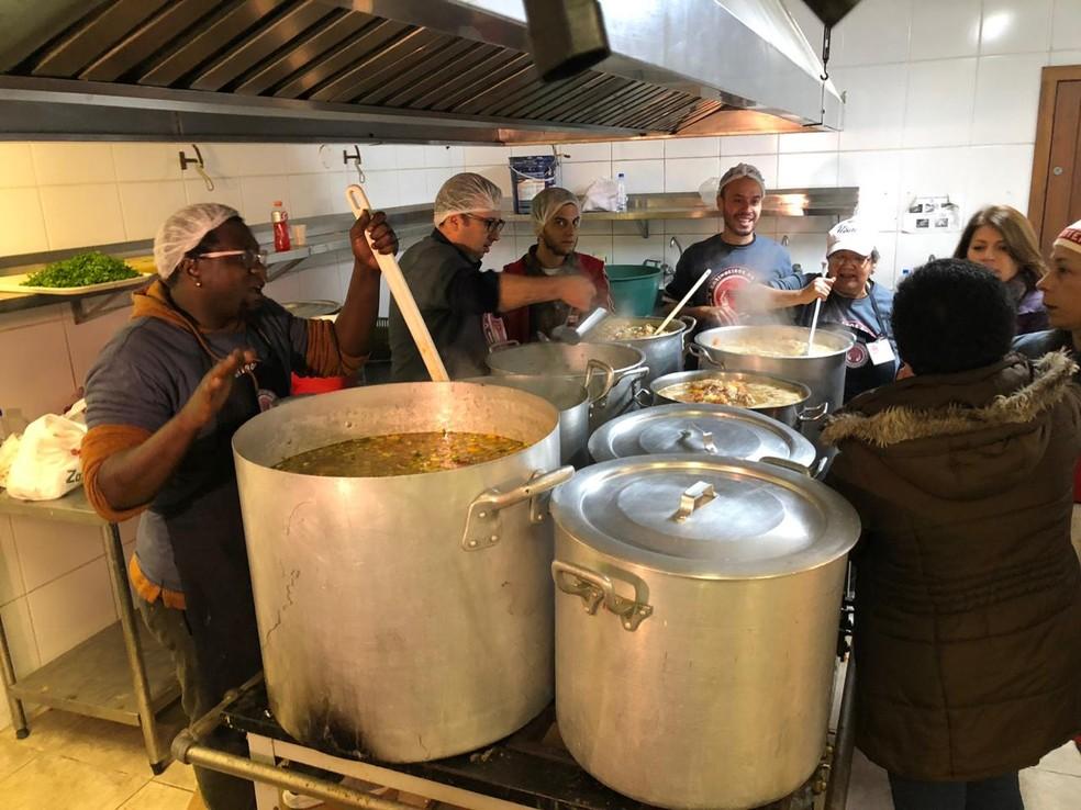 ONG Cozinheiros do Bem preparou janta e café da manhã para os abrigados do Gigantinho — Foto: Léo Saballa Jr/RBS TV