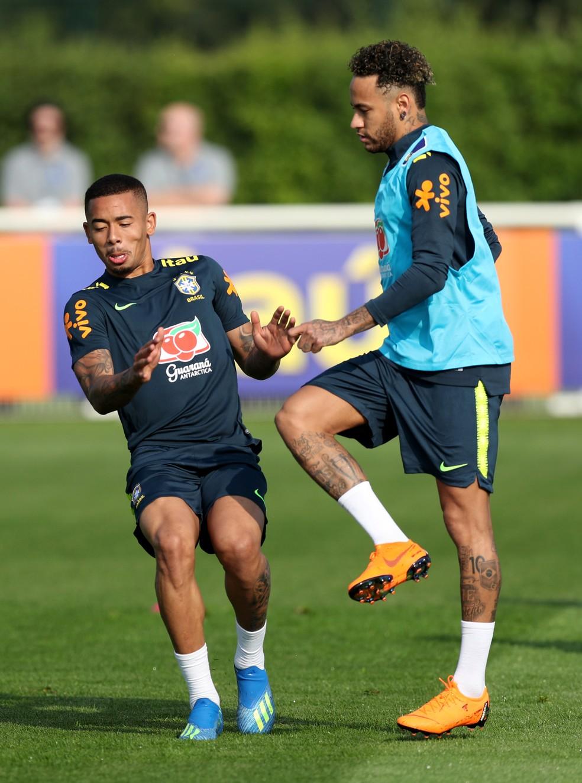 Neymar e Gabriel Jesus no treino da seleção brasileira em Londres (Foto: Peter Cziborra / Reuters)