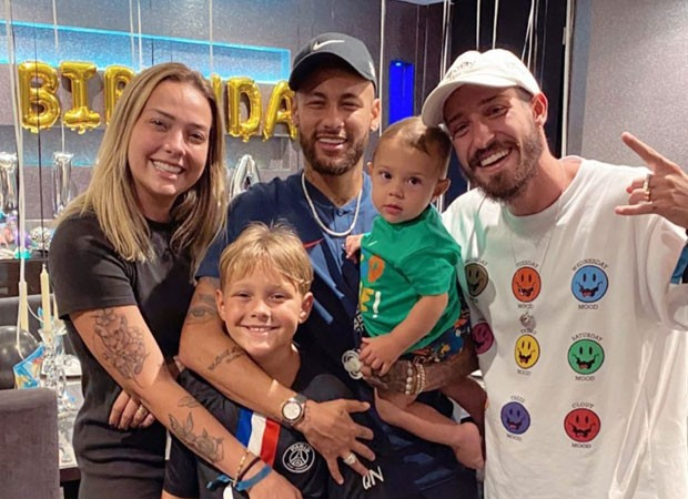 Neymar com Davi Lucca, Carol Dantas, Valentin e Vinicius Martinez (Foto: Reprodução/Instagram)