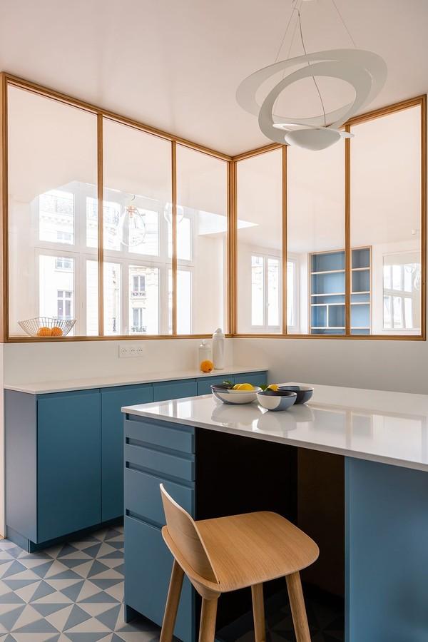 Décor do dia: cozinha com muita luz natural e toques de azul (Foto: Agathe Tissier / Divulgação)