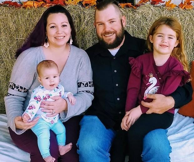 Mattea e Kris são pais de Aurora, 5 meses, e Seleste, 5 anos (Foto: Reprodução Facebook)