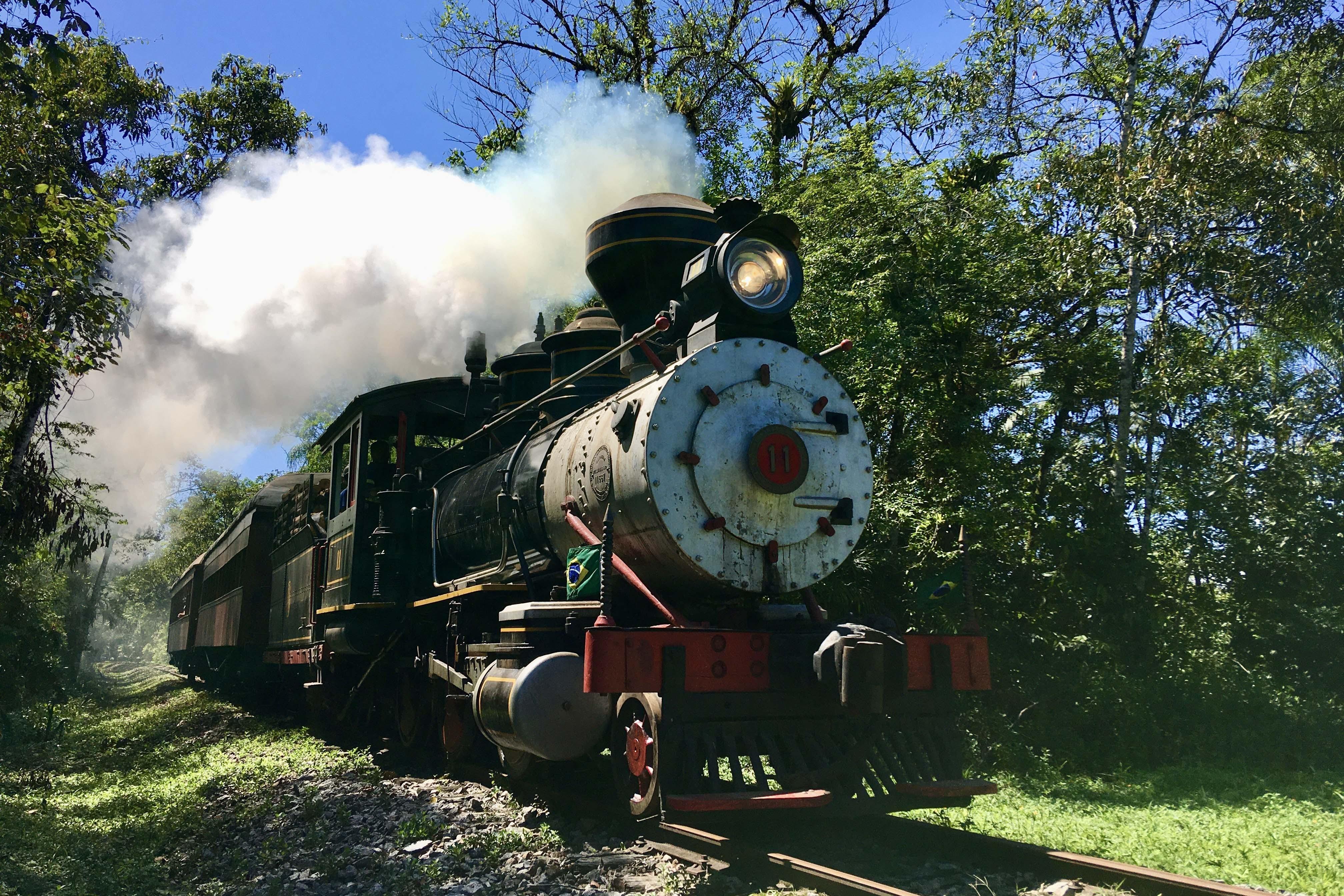 Locomotiva a vapor mais antiga em operação no Brasil faz viagem turística entre Morretes e Antonina
