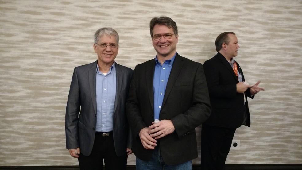 -  Antonio Campello, diretor de inovação corporativa da Embraer,  à esquerda  posa ao lado de Mark Moore, da Uber, após palestra no SXSW  Foto: Karina T