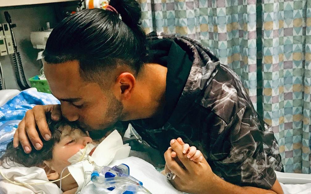 Foto recente, mas não datada, mostra Ali Hassan ao lado do filho, Abdullah, em hospital em Sacramento, na Califórnia — Foto: Council on American-Islamic Relations via AP