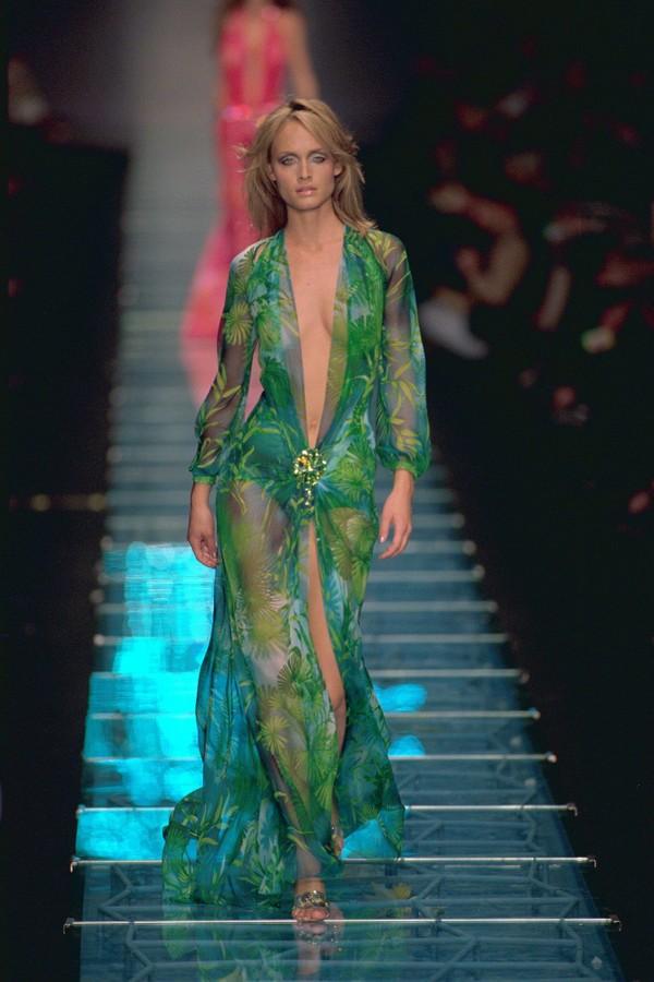 Amber Valetta desfila com o vestido em  2000 (Foto: Getty Images)