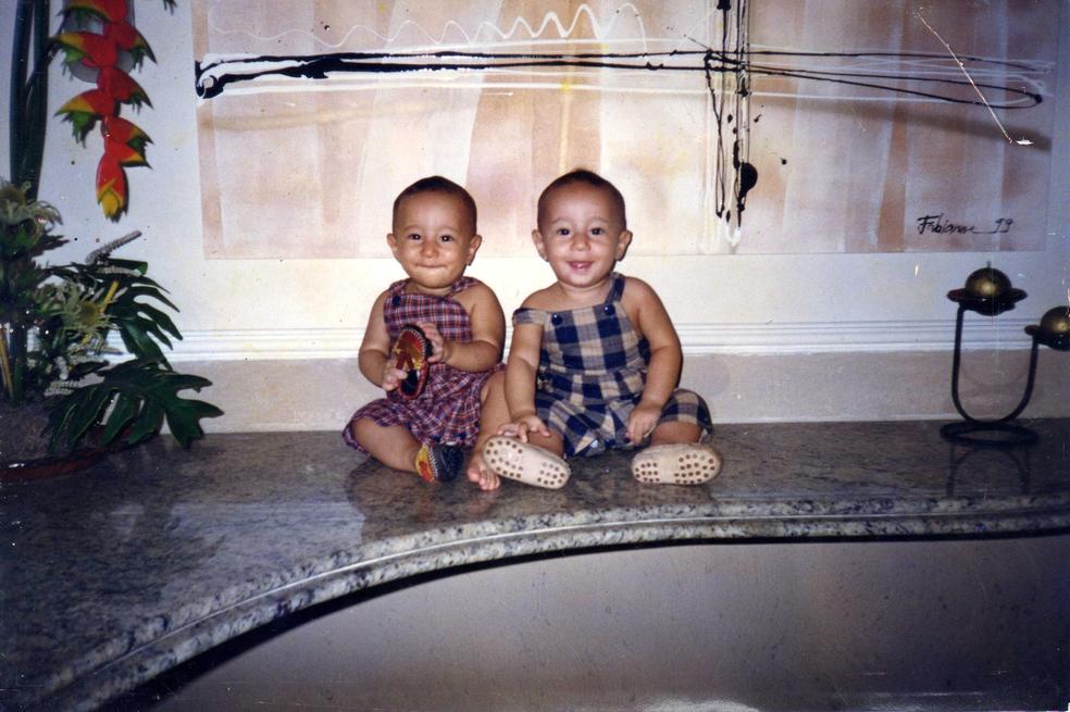 Gabriel (esq.) e Matheus quando eram pequenos (Foto: Arquivo pessoal/Matheus e Gabriel Nunes)