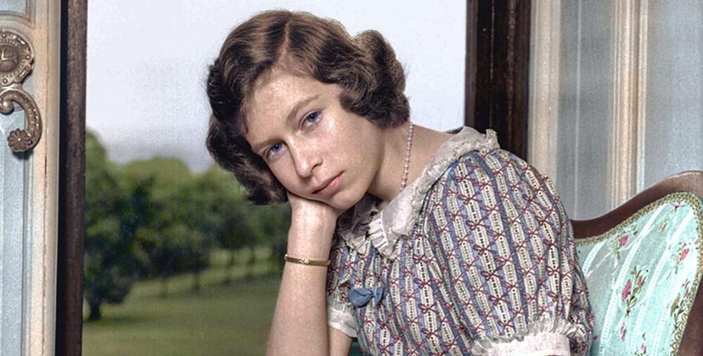 A futura rainha Elizabeth II em imagem originalmente em preto e branco posteriormente colorida pela artista plástica mineira Marina Amaral (Foto: Marina Amaral/Arquivo pessoal)