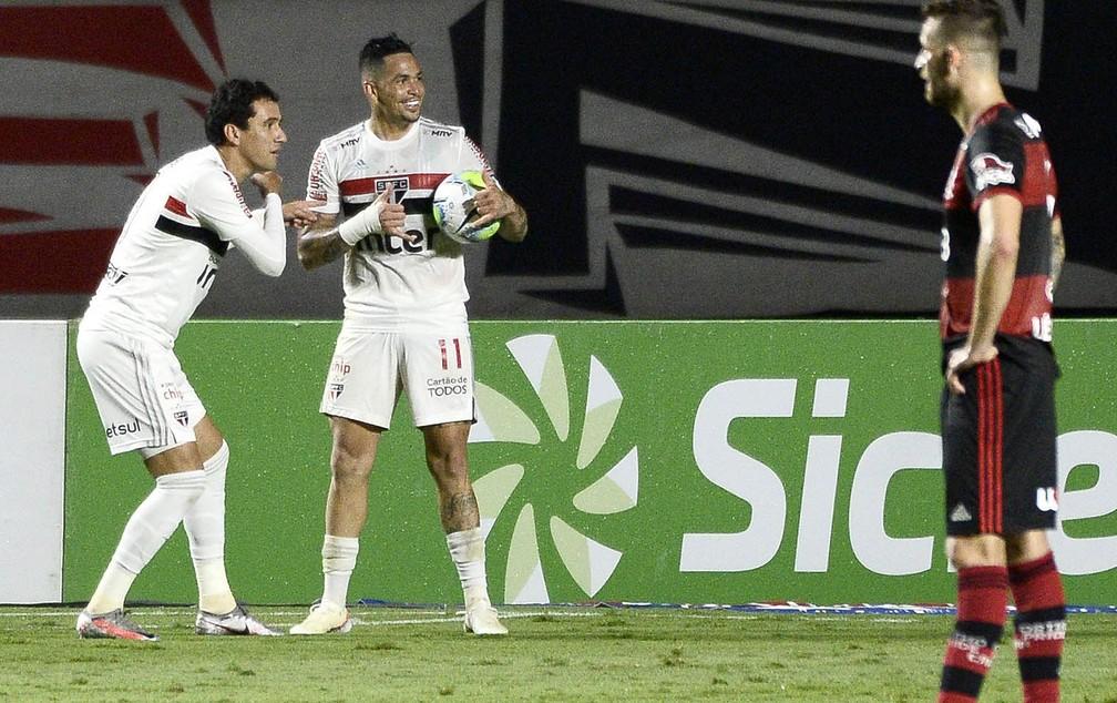Pablo e Luciano comemoram gol do São Paulo contra o Flamengo — Foto: Marcos Ribolli