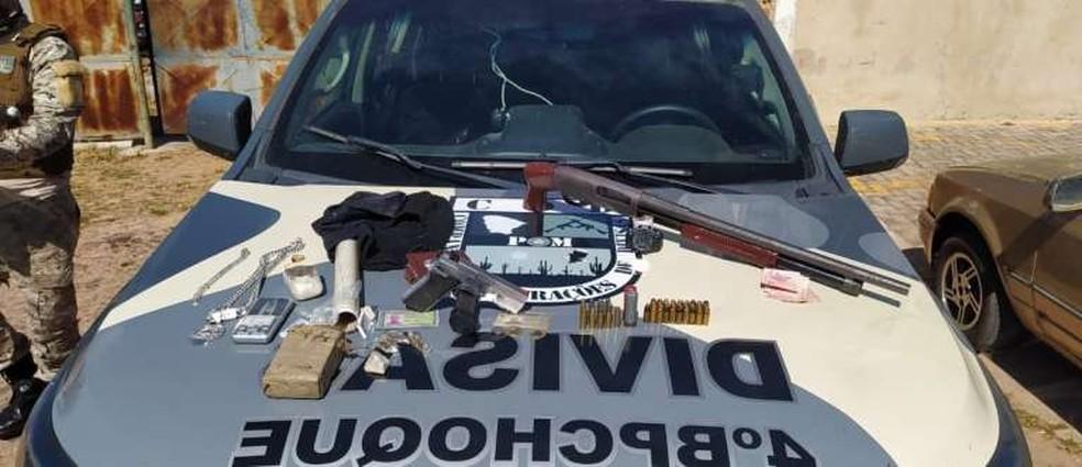 Polícia prende dois homens e apreende armas, drogas e munições após perseguição em Frecheirinha. — Foto: SSPDS/ Divulgação
