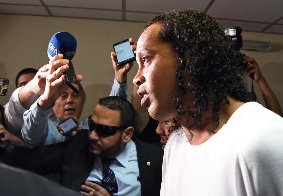 Ronaldinho Gaúcho na chegada para depoimento no Paraguai — Foto: Norberto DUARTE / AFP