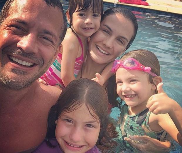 Malvino Salvador e Kyra Gracie curtem piscina com Sophia, Ayra e Kyara (Foto: Reprodução/Instagram)