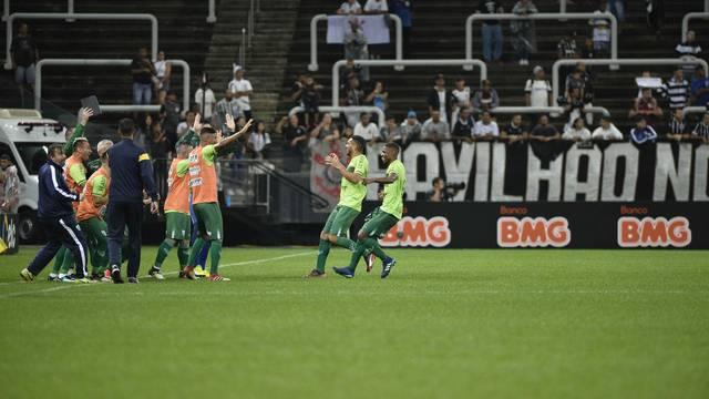 Jogadores do Avenida comemoram gol no primeiro tempo