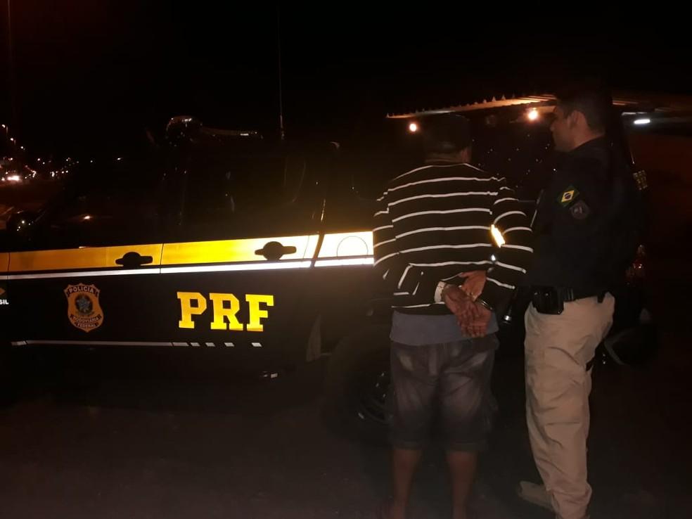 Homem era procurado por estelionato e falsificação e tinha dois mandatos de prisão em aberto contra ele — Foto: Divulgação/PRF