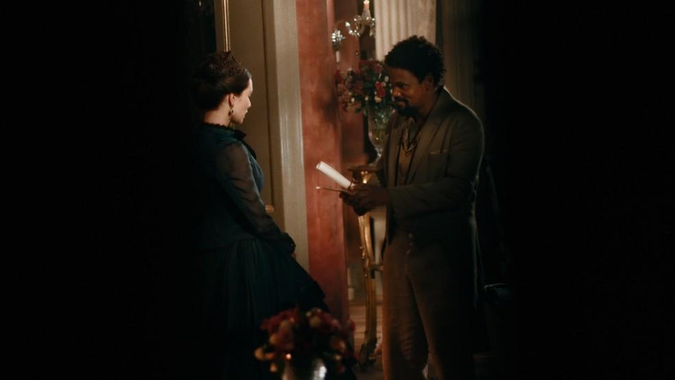 Jorge/Samuel (Michel Gomes) entrega presente de D. Pedro II (Selton Mello) à Luísa (Mariana Ximenes) — Foto: Globo