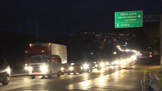 Rodovias têm trechos de retenção na noite deste domingo em Minas Gerais