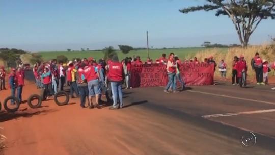 Grupo faz protesto em rodovia para reivindicar liberação de terras