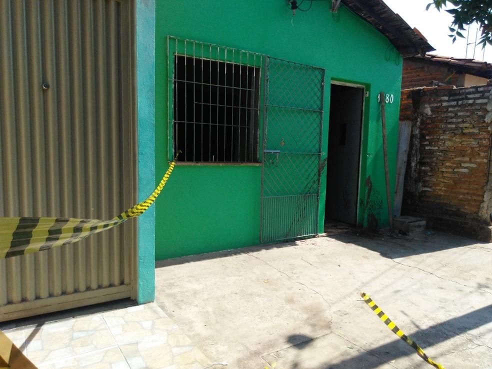 Homem foi morto na porta de casa, na Zona Norte de Teresina.  (Foto: Andrê Nascimento/G1)