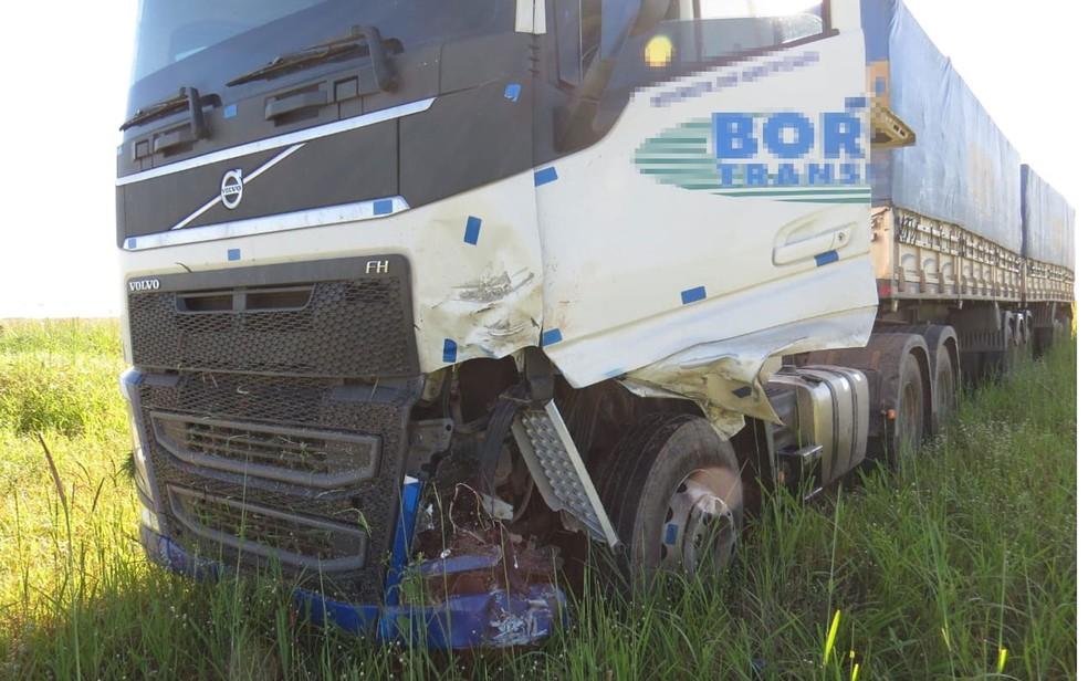Carreta envolvida em acidente com moto na BR-242, no oeste da Bahia — Foto: Edivaldo Braga/Blogbraga