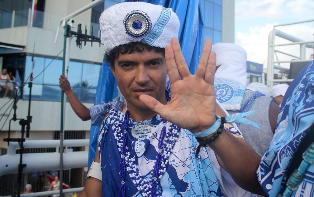 Jorge Vercillo faz símbolo da paz no trio dos Filhos de Gandhy (Foto: Tiago Caldas /Ag Haack)