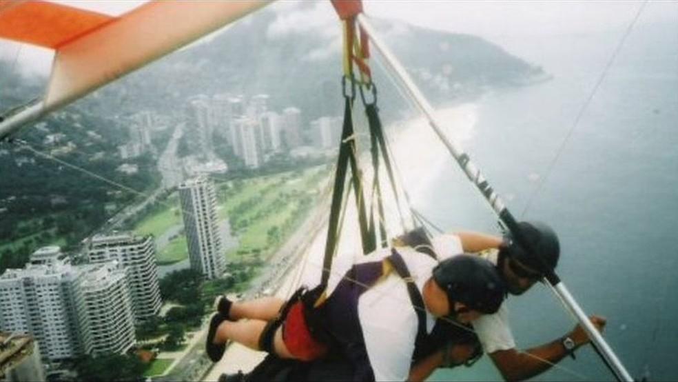 Aventuras de Giles incluem voo de asa-delta sobre a praia de São Conrado, no Rio de Janeiro, em 2004 (Foto: Arquivo pessoal)