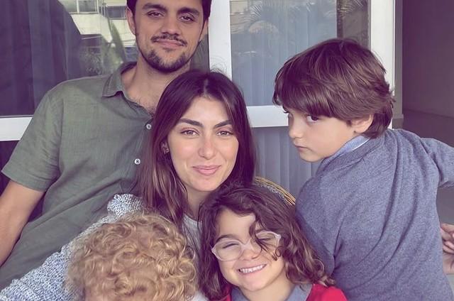 Mariana Uhlmann e Felipe Simas com os filhos  (Foto: Reprodução)