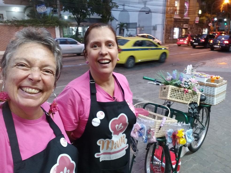 Patricia e a sócia, Marcia Amaro: bike para vender pães de mel e alfajores, além de artesanato  — Foto: Acervo pessoal