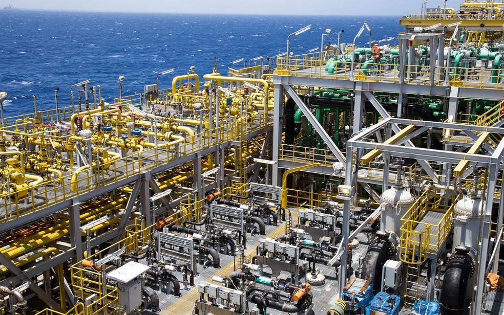 Tubulacoes em plataforma da Petrobras, por onde passam petroleo, gas, agua do mar e agua dessalinizada -- Foto: Andre Motta/Petrobras