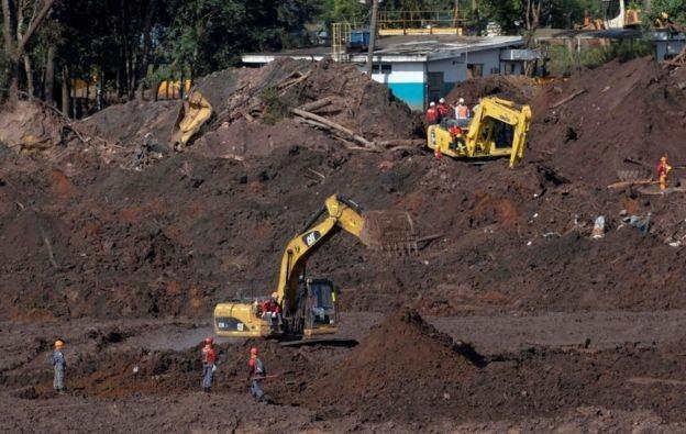 Tipo de barragem a montante, como a que rompeu em Brumadinho, foi proibido em Minas após o desastre de janeiro. (Foto: Reuters via BBC)