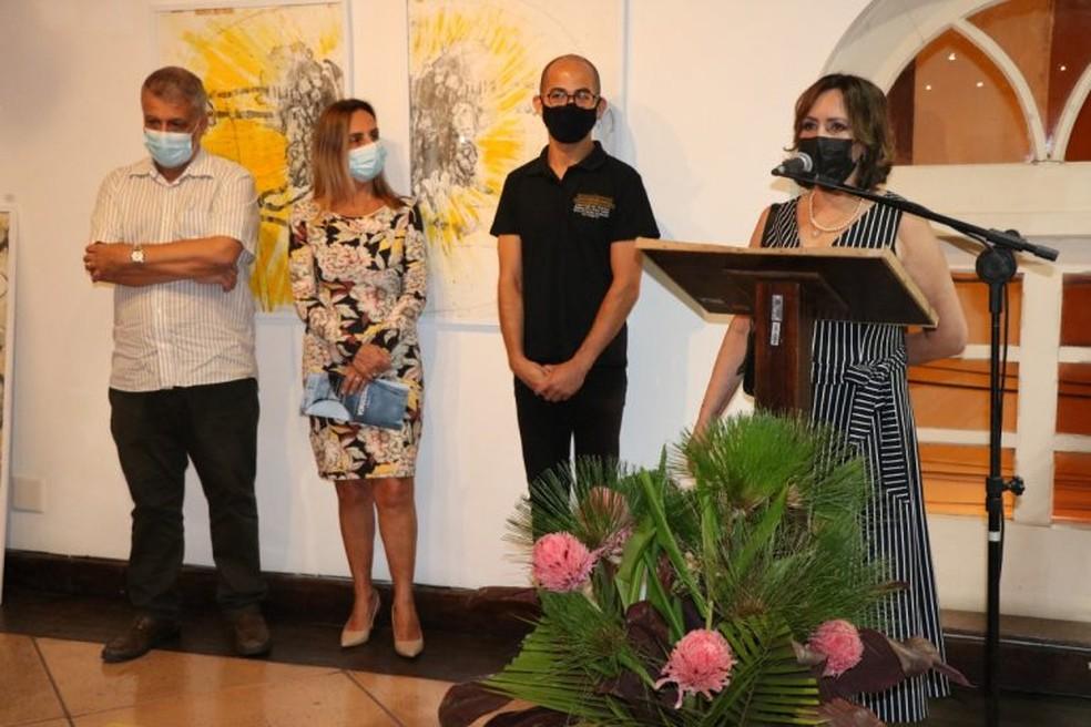 Cristina Bicalho na inauguração da mostra — Foto: Prefeitura de Muriaé/Divulgação