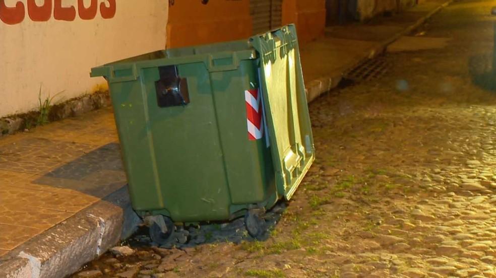 Bebê estava dentro de uma sacola ao lado de uma lixeira em uma rua de Pelotas (Foto: Reprodução/RBS TV)