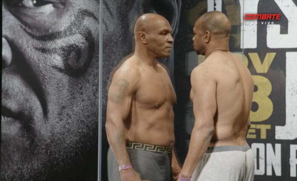 Mike Tyson e Roy Jones Jr. se encaram separados por parede de acrílico — Foto: Reprodução
