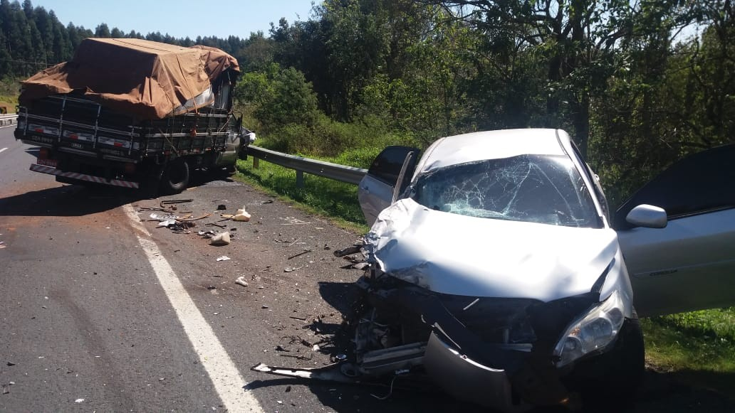 Carro com 214 kg de maconha bate de frente em caminhão após tentar fugir pela contramão de rodovia, em Tibagi