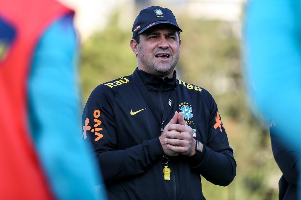 André Jardine, técnico da seleção olímpica, durante treino — Foto: Marco Galvão / CBF