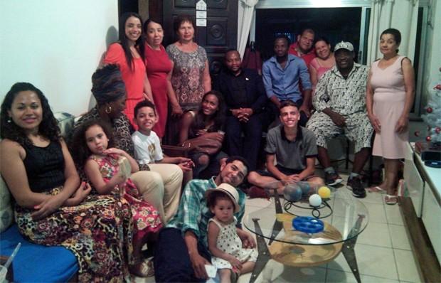 Omana Ngandu (de branco e boné) e um grupo de refugiados francófonos passaram a noite de Natal com uma família brasileira em São Paulo (Foto: Arquivo pessoal/Hanah Silva)