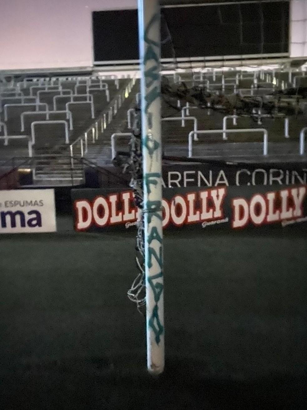 Trave da Arena Corinthians pichada com provocação a Cássio — Foto: Reprodução