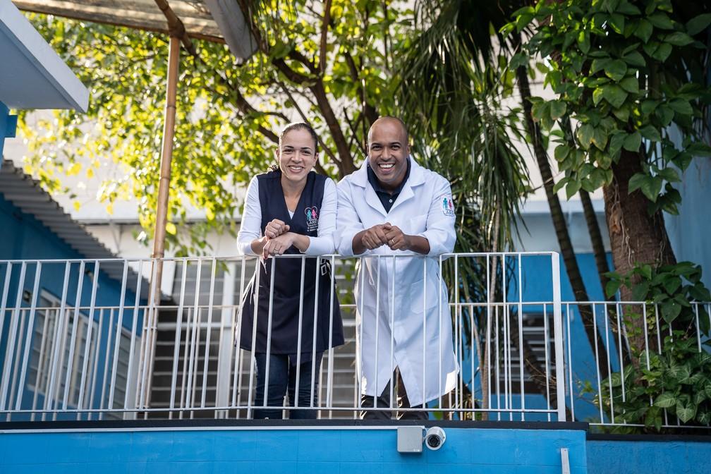 Os enfermeiros Guilherme e Susiene no andar superior; as obras no local devem aumentar a capacidade da casa de repouso, mas eles decidiram adiar a conclusão. — Foto: Fábio Tito/G1