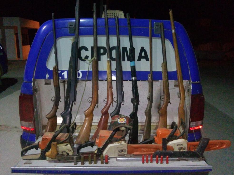 Espingardas foram encontradas na zona rural do município do Sertão (Foto: Polícia Militar/Divulgação)