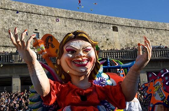 Um maskeruni desfila pela Praça da Liberdade, ponto central do carnaval. Ao fundo, as paredes do forte Cavalier St. James, construídas há mais de 400 anos (Foto: © Haroldo Castro/Época)