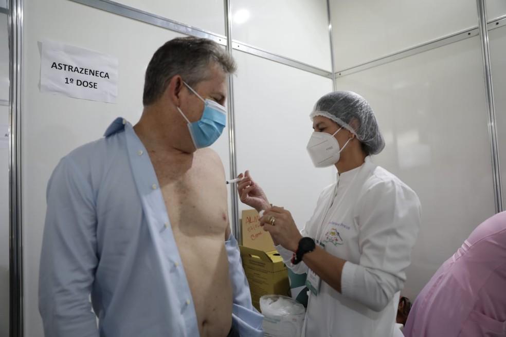 Governador de Mato Grosso, Mauro Mendes (DEM), recebeu a primeira dose da vacina AstraZeneca na manhã desta terça-feira (8) no posto de vacinação instalado na Assembleia Legislativa de Mato Grosso (ALMT) — Foto: Tchelo Figueiredo/Secom-MT
