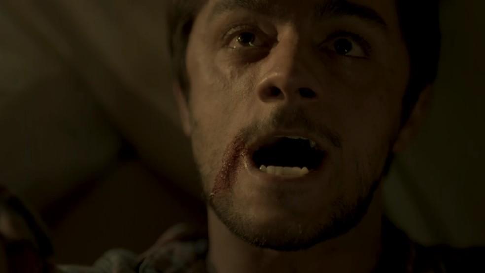 Jonatas (Felipe Simas) leva facada ao tentar salvar Eliza (Marina Ruy Barbosa) — Foto: TV Globo