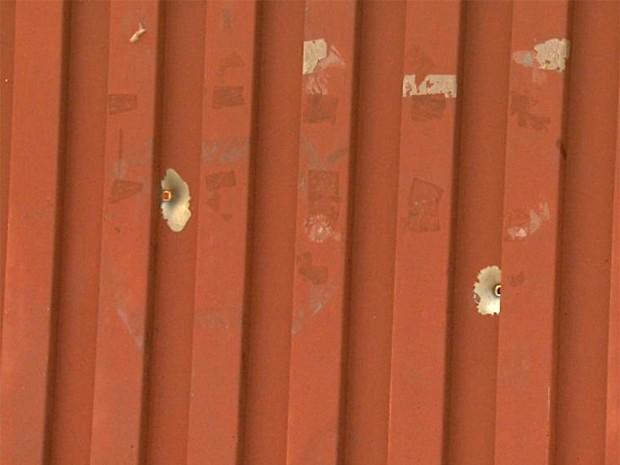 Portão da casa do PM atingido por dois tiros em Ribeirão Preto (Foto: Carlos Trinca/EPTV)