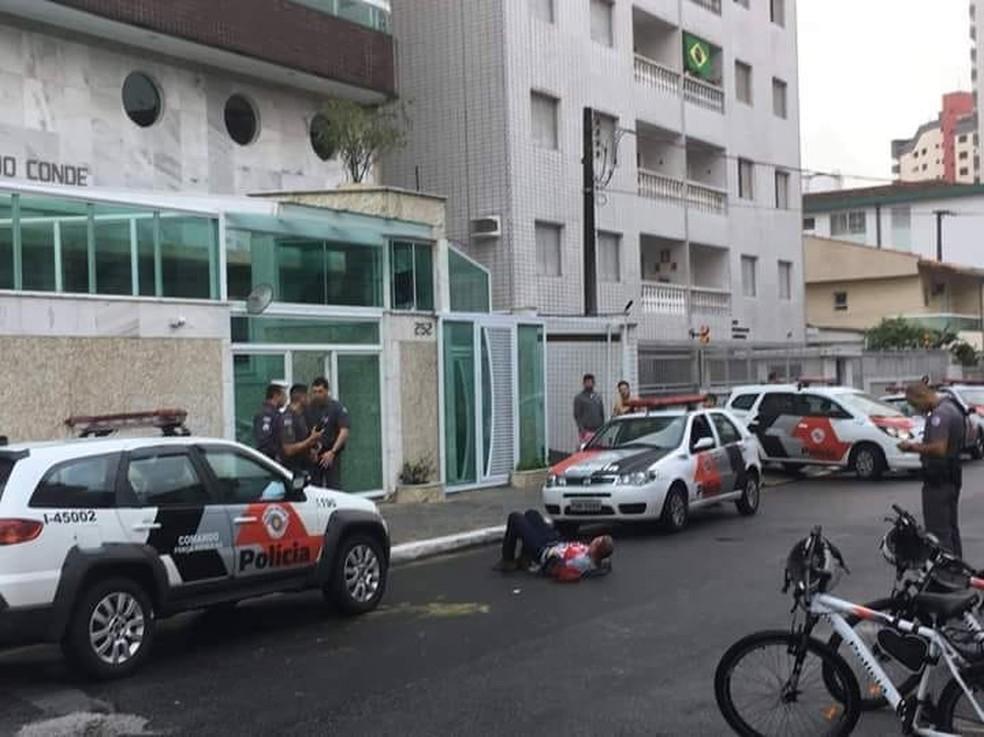 Um dos criminosos foi preso após pular de prédio em Praia Grande (SP), neste sábado (18) (Foto: Reprodução/Praia Grande Mil Grau)