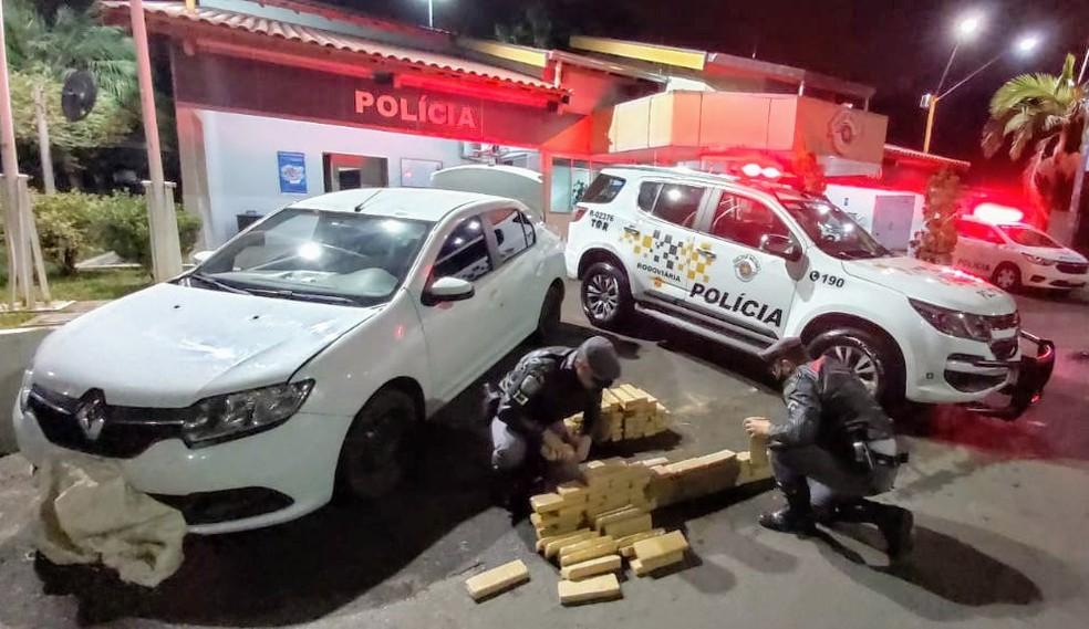 Jovem de 23 anos disse aos policiais que levaria a droga para Sumaré (Marília) — Foto: Polícia Rodoviária/Divulgação