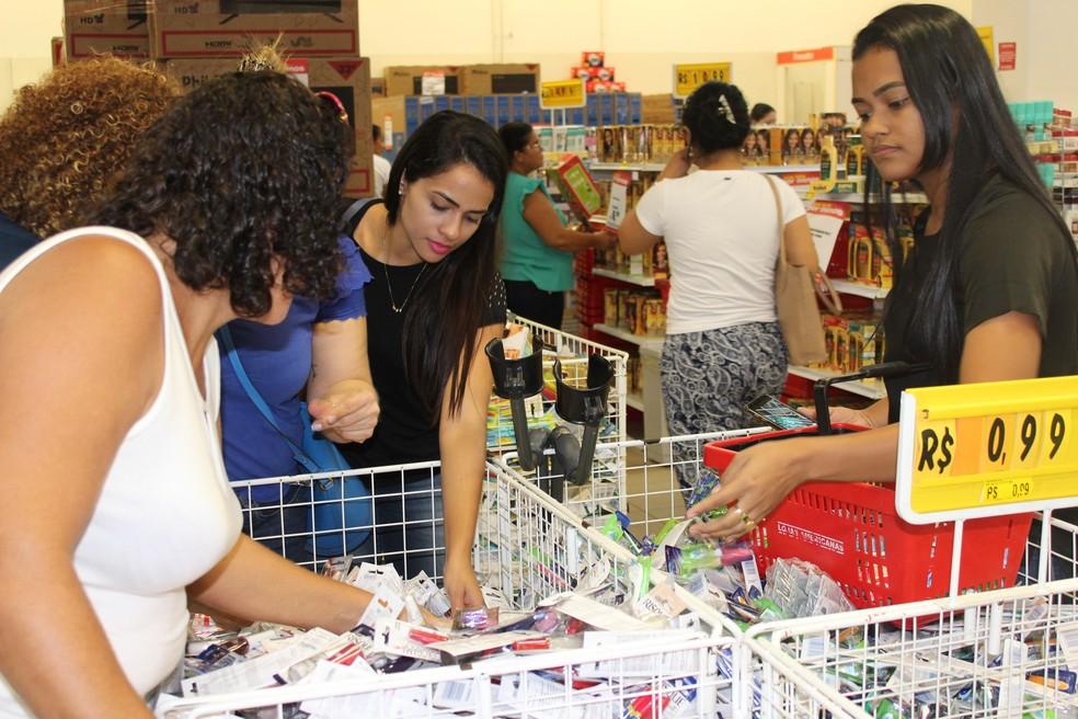Consumidores chegaram cedo para garantir descontos — Foto: Cássia Firmino/G1